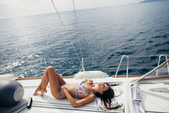 Muchacha atractiva en traje de baño en el yate en las zonas tropicales Imágenes de archivo libres de regalías