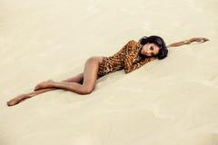 Muchacha atractiva en traje de baño en la playa Imagen de archivo libre de regalías