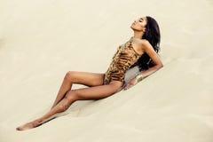 Muchacha atractiva en traje de baño en la playa Imagenes de archivo
