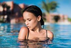 Muchacha atractiva en traje de baño negro en el mar imágenes de archivo libres de regalías
