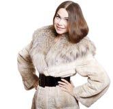 Muchacha atractiva en un abrigo de pieles Fotos de archivo