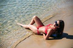 Muchacha atractiva en un bañador rosado en la playa Verano tiempo soleado  imagen de archivo libre de regalías