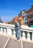 Muchacha atractiva en un día soleado en un puente en Venecia Fotografía de archivo
