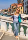 Muchacha atractiva en un día soleado en un puente en Venecia Fotos de archivo