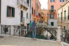 Muchacha atractiva en un puente en Venecia Imagen de archivo libre de regalías