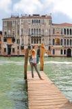 Muchacha atractiva en un puente en Venecia Imagenes de archivo