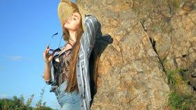 Muchacha atractiva en un sombrero y vidrios metrajes