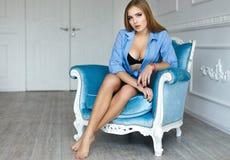 Muchacha atractiva en un sujetador negro y pantalones cortos azules imagen de archivo