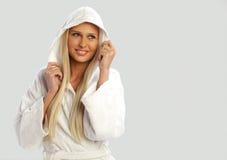 Muchacha atractiva en una albornoz blanca Foto de archivo