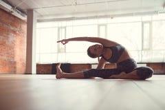 Muchacha atractiva en una clase de la yoga Imagen de archivo