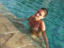 Muchacha atractiva en una piscina Imágenes de archivo libres de regalías