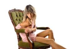 Muchacha atractiva en una silla antigua Imágenes de archivo libres de regalías