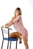 Muchacha atractiva en una silla azul Imagenes de archivo