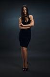 Muchacha atractiva en vestido ceñido negro Imágenes de archivo libres de regalías