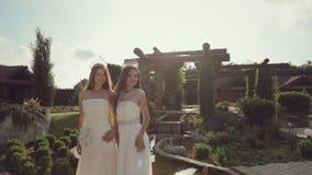 Muchacha atractiva en vestidos de boda costosos almacen de video