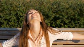 Muchacha atractiva - feliz Buen humor, verano, viento almacen de video