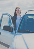 Muchacha atractiva fuera del coche Foto de archivo libre de regalías