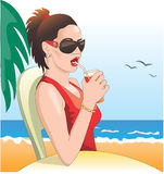 Muchacha atractiva, gafas de sol en la playa Foto de archivo