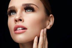 Muchacha atractiva hermosa con las pestañas falsas largas Maquillaje de la belleza imagenes de archivo