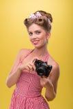 Muchacha atractiva hermosa con llevar bonito de la sonrisa Imágenes de archivo libres de regalías