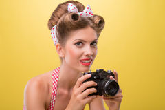 Muchacha atractiva hermosa con llevar bonito de la sonrisa Imagen de archivo