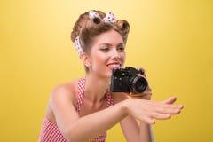 Muchacha atractiva hermosa con llevar bonito de la sonrisa Foto de archivo libre de regalías