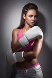 Muchacha atractiva hermosa del boxeador vestida en guantes; Fotos de archivo libres de regalías