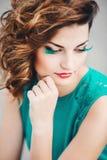 Muchacha atractiva hermosa en un vestido de la turquesa Fotos de archivo libres de regalías