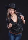 Muchacha atractiva hermosa joven en chaleco de la piel y sombrero de vaquero Imagenes de archivo