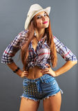 Muchacha atractiva hermosa joven en sombrero de vaquero Fotografía de archivo