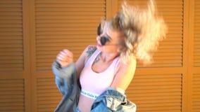 Muchacha atractiva hermosa joven que baila en casa metrajes