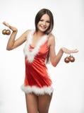 Muchacha atractiva hermosa que desgasta la ropa de Papá Noel Foto de archivo libre de regalías