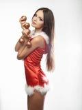 Muchacha atractiva hermosa que desgasta la ropa de Papá Noel Imagenes de archivo