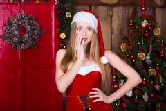 Muchacha atractiva hermosa que lleva la ropa de Papá Noel en Fotos de archivo