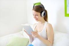 Muchacha atractiva joven con PC de la tableta Fotografía de archivo libre de regalías
