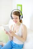 Muchacha atractiva joven con PC de la tableta Fotografía de archivo