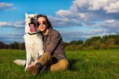 Muchacha atractiva joven con su perro casero Fotografía de archivo