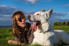 Muchacha atractiva joven con su perro casero en la playa Imagen de archivo libre de regalías