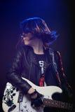 Muchacha atractiva joven de la roca que toca la guitarra eléctrica Foto de archivo libre de regalías
