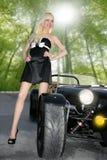 Muchacha atractiva joven del coche deportivo negro hermoso rubio fotos de archivo