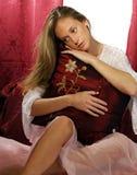 Muchacha atractiva joven en cama Imágenes de archivo libres de regalías