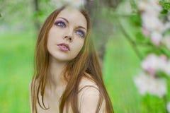 Muchacha atractiva joven en el manzanar Imagen de archivo
