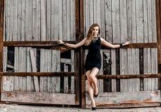 Muchacha atractiva joven en el vestido negro Foto de archivo libre de regalías