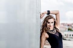 Muchacha atractiva joven en el vestido negro Imagen de archivo libre de regalías