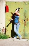 Muchacha atractiva joven en fondo del grunge Foto de archivo libre de regalías