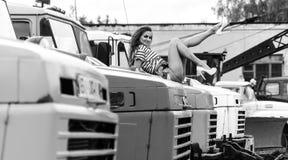 Muchacha atractiva joven en pantalones cortos azules Fotografía de archivo libre de regalías