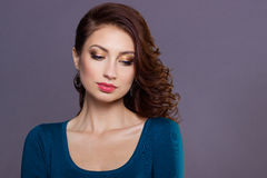 Muchacha atractiva joven hermosa con los rizos con maquillaje festivo brillante, labios regordetes la imagen al Año Nuevo, el la  Fotos de archivo
