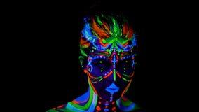 Muchacha atractiva joven hermosa en el baile de la ropa interior con la pintura ultravioleta en su cuerpo Muchacha con el bodyart almacen de video