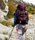 Muchacha atractiva joven que camina en mountin rocoso Fotografía de archivo