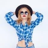 Muchacha atractiva joven que presenta sobre la pared blanca Foto de archivo libre de regalías